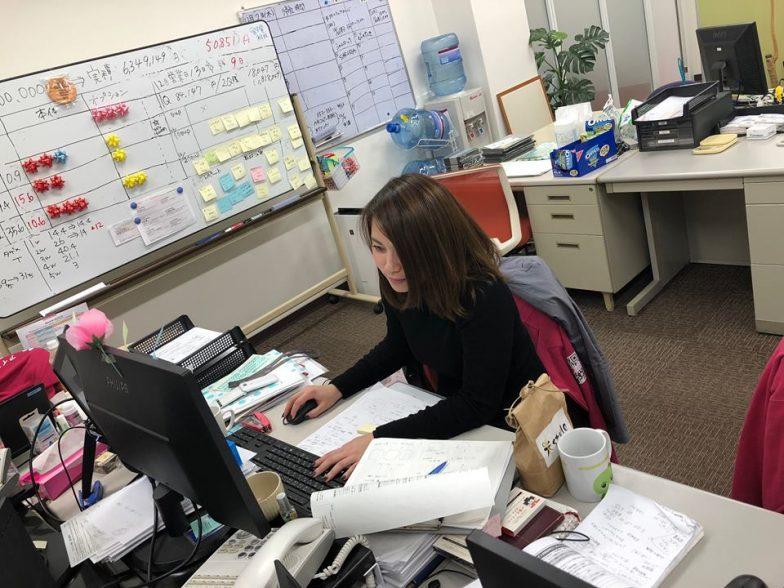 名古屋オフィス大公開!写真は勤務中のアットコスメサロンを担当の大葉さん